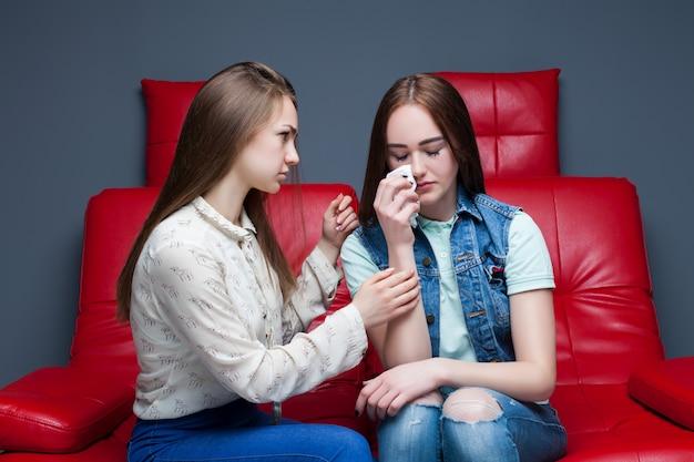 女の子は彼女の動揺のガールフレンド、女性の友情を落ち着かせます。女性の秘密