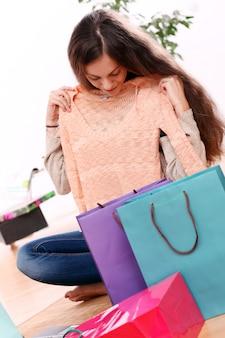 La ragazza è tornata dallo shopping con i vestiti