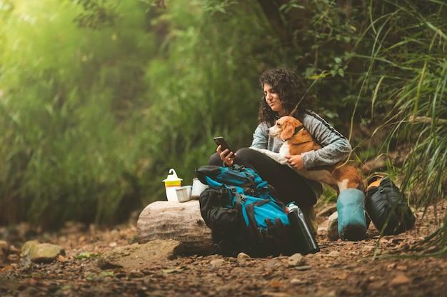 Девушка в походе со своими собаками на природе.