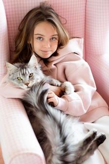 Alta vista della ragazza e del gatto