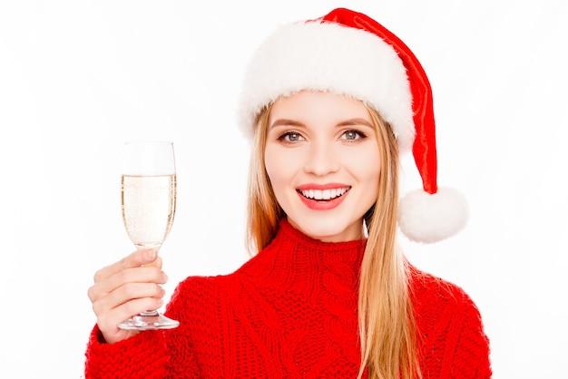 Девушка празднует новый год и держит бокал шампанского