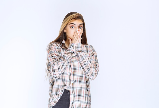 La ragazza in camicia a quadri sembra spaventata e terrorizzata