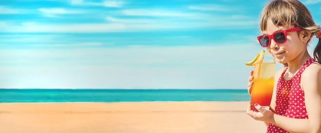 Девочки, отдыхая на море. выборочный фокус.