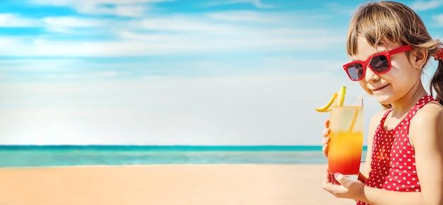 海で休んでいる女児。セレクティブフォーカス。