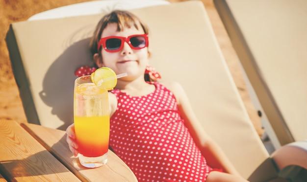 女児は海で休みます。セレクティブフォーカス