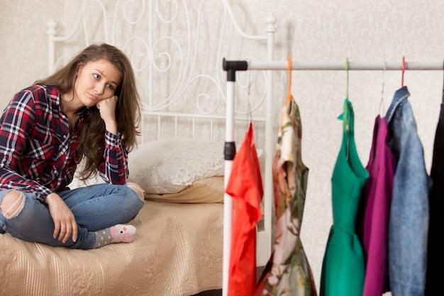 Девушка выбирает платья