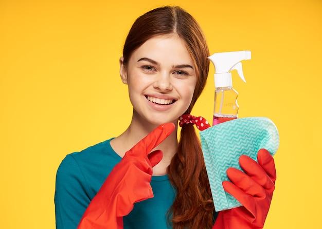 Девушка чистит и дезинфицирует в резиновых перчатках