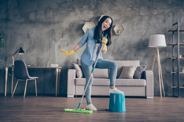 춤 그녀의 방을 청소하는 여자
