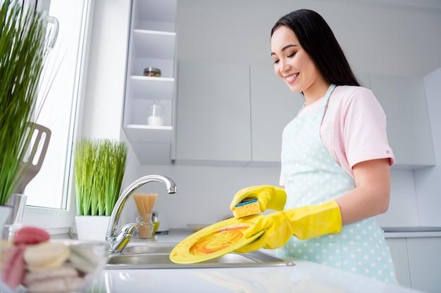 インテリアキッチンを掃除する女の子