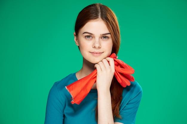 Девушка чистит резиновые перчатки