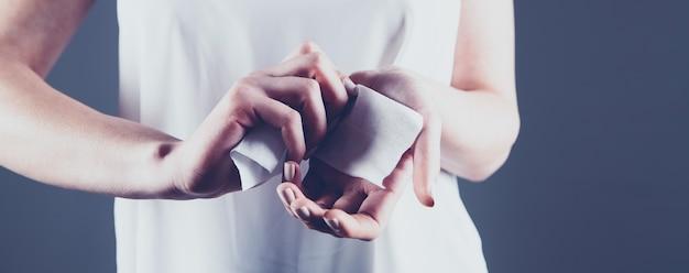 젖은 냅킨으로 손을 닦는 소녀