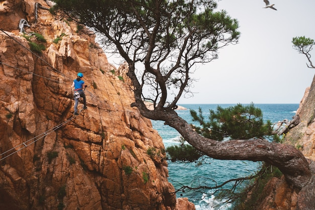 Via ferrata、sant feliu de guixols、カタルーニャ、スペインに登る少女