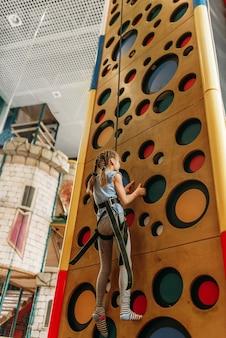 ゲームセンター、底面図で壁を登る少女