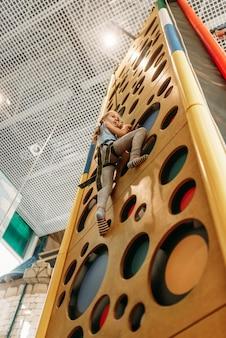 게임 센터, 하단보기에서 벽을 등반하는 소녀