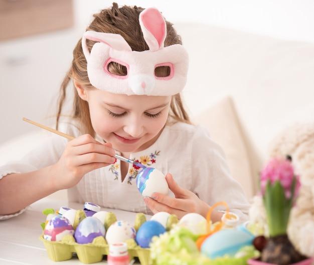 マスクで卵を着色の女の子