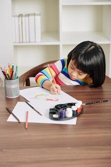 Девушка сосредоточилась на рисовании