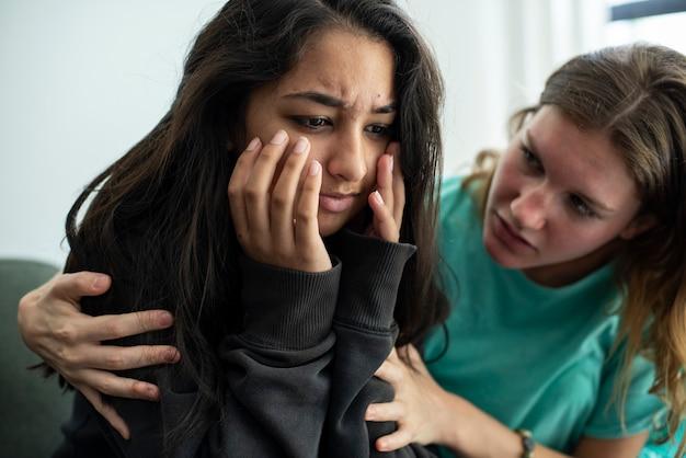 슬픈 친구를 위로하는 소녀