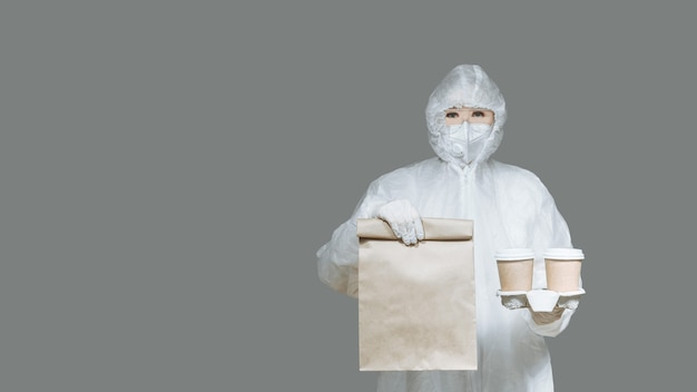 걸 택배는 음식과 커피를 검역소로 배달합니다.