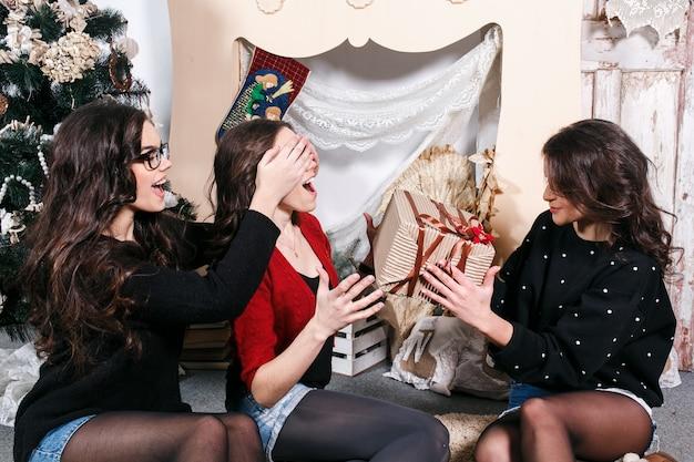 Девочка покрытие глаза своего друга, чтобы дать подарок