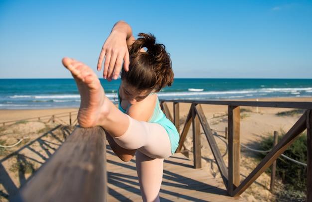 Девушка танцует на пляже