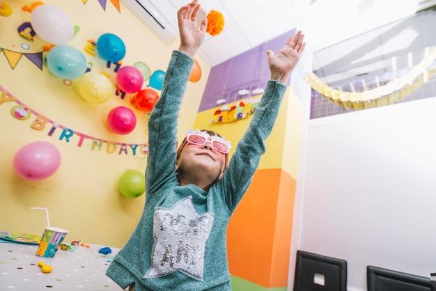 女の子、誕生日パーティーで踊る