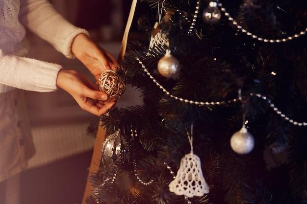 クリスマスのクリスマスツリーを飾る女の子