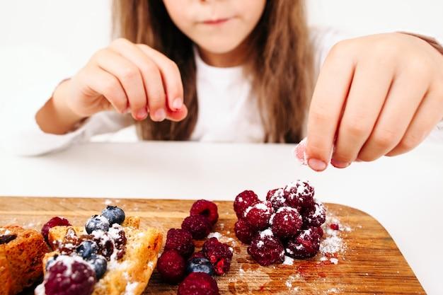 딸기와 과자 장식 소녀
