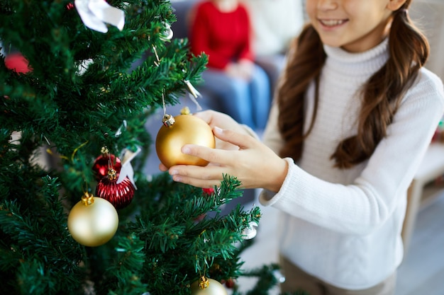クリスマスツリーを飾る女の子