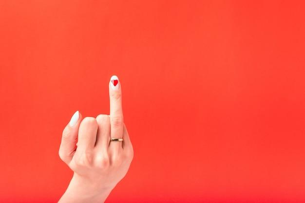女の子は彼女の指に結婚指輪または婚約指輪を示しています。テキストまたは招待状の場所が記載されたグリーティングカード。