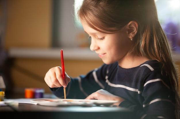 The girl does her homework on self-integration