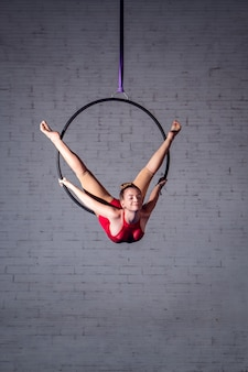 Девушка делает воздушную акробатику на шелках