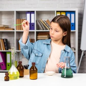 化学実験をしている女の子