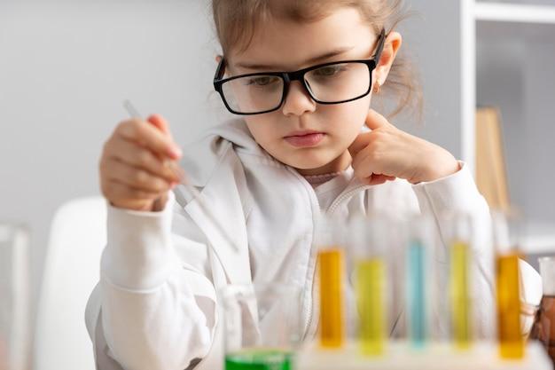 실험실에서 실험을하는 여자