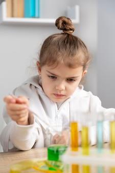 実験室で実験をしている女の子