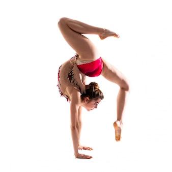 Девушка занимается художественной гимнастикой