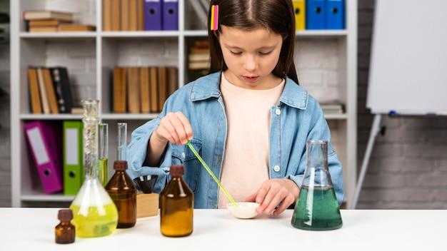 科学実験をしている女の子