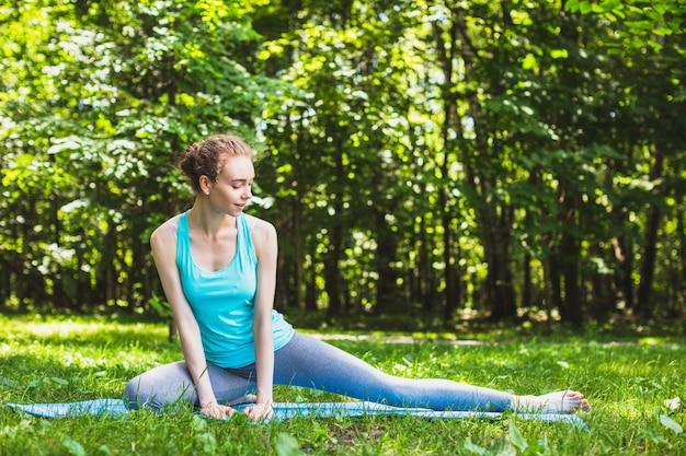 Девушка делает йогу