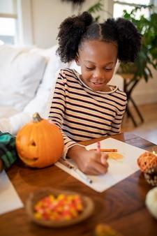 感謝祭のディナーの前に描く女の子