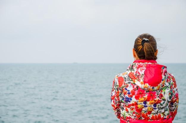 ジョージア州バトゥミの海岸で夢を見る少女。