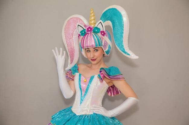 어린이 파티를 위해 유니콘 옷을 입은 소녀