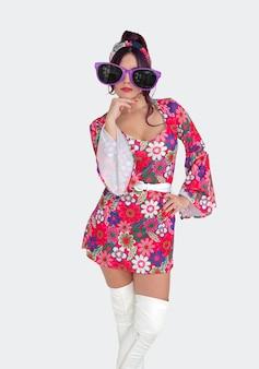 白いハイブーツとigメガネで70年代のファッションに身を包んだ女の子