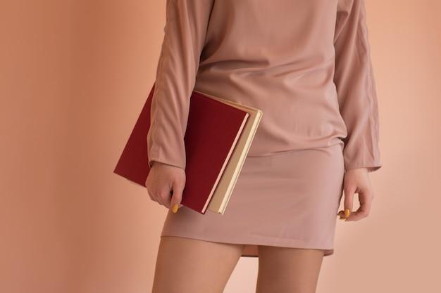 本を手にカジュアルな服を着た女の子 Premium写真