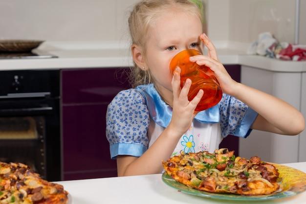 Девушка пьет красочный стакан воды или сока