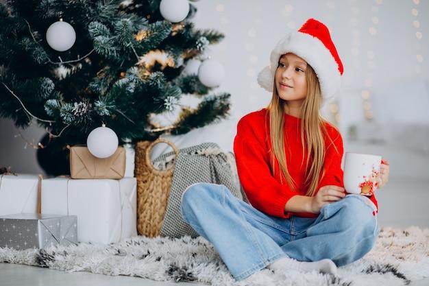크리스마스 트리, 코코아를 마시는 여자