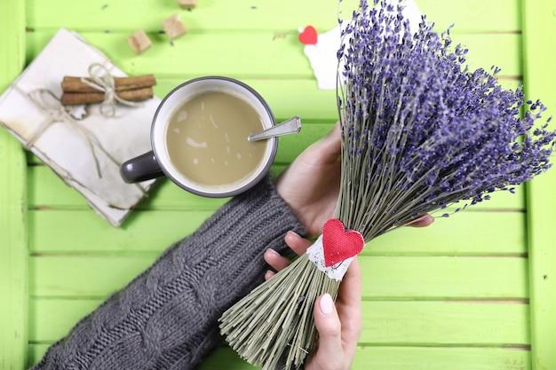 찻잔에서 뜨거운 커피를 마시는 소녀와 발렌타인 데이 선물