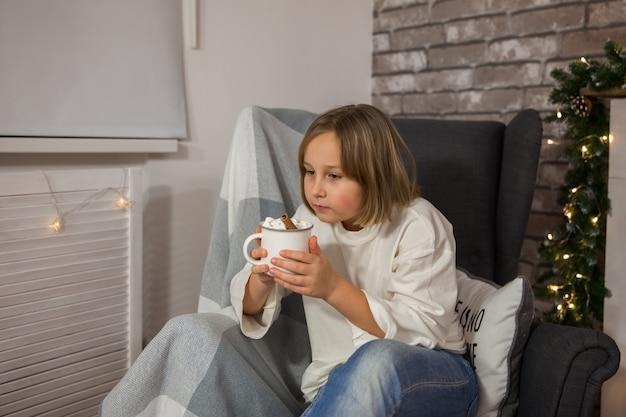 女の子はマシュマロ、ソフトフォーカスでコーヒーを飲みます