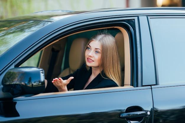 Ragazza guida la macchina e guarda dalla finestra con il pedastrian