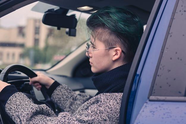 Девушка за рулем автомобиля. обучение вождению, покупка, аренда автомобилей.