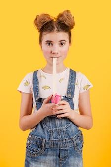 Девочка ест жевательную резинку