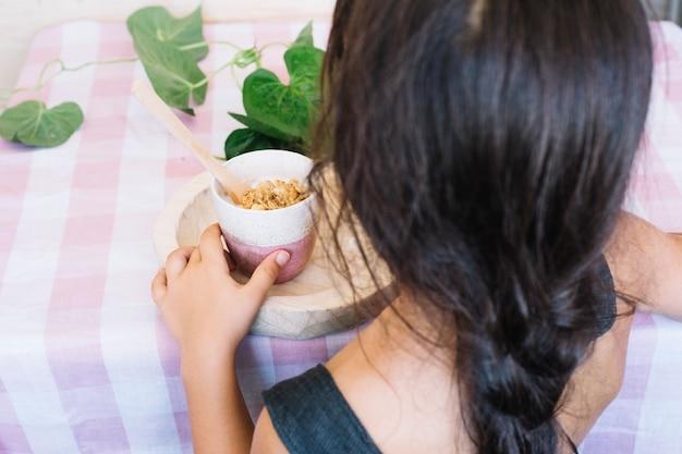 컵에서 시리얼을 먹는 여자